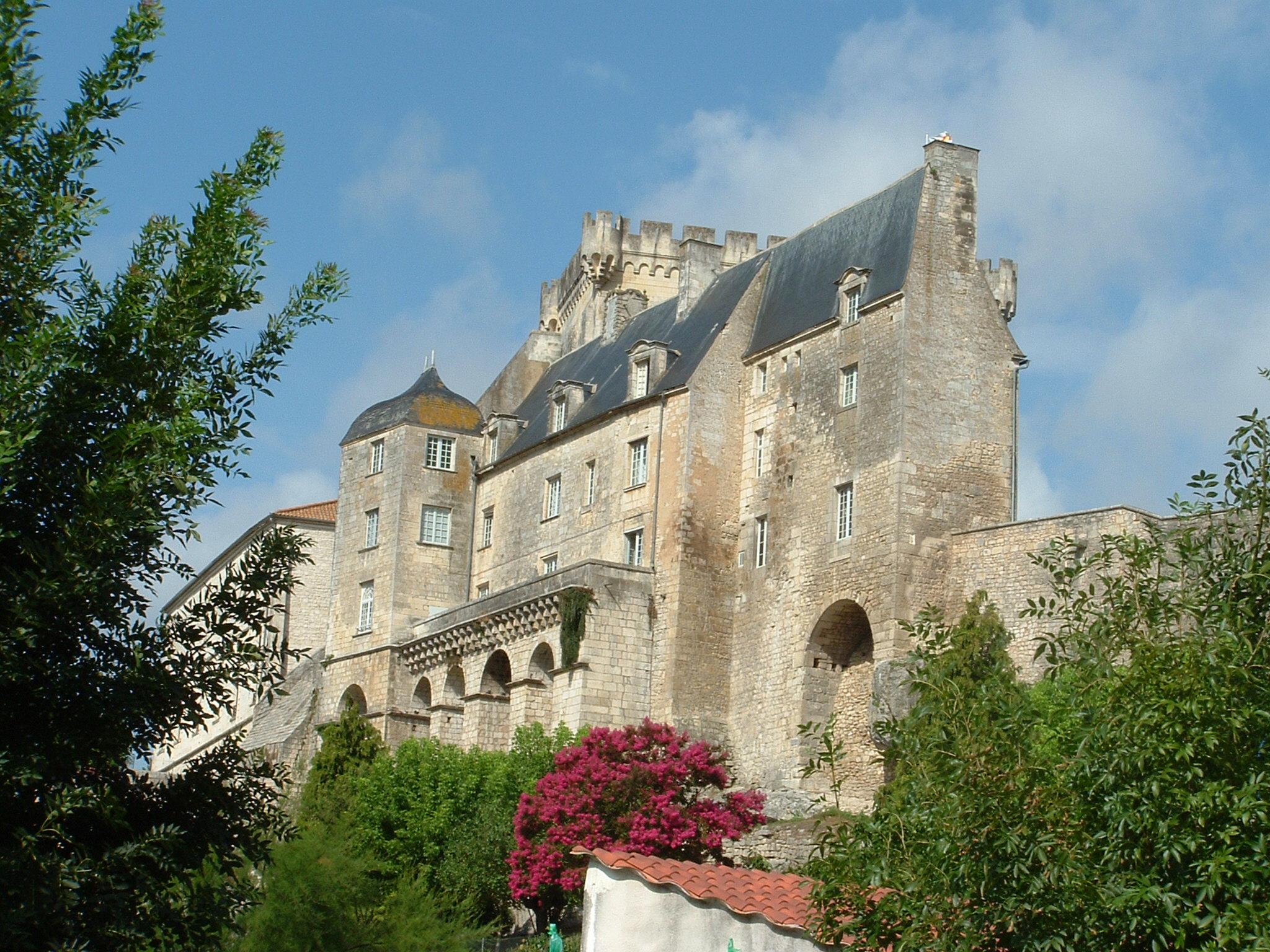 Fond D Ecran Image Chateau De Pons Dans Le 17 Photo De Ali